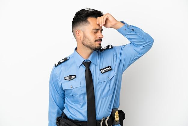 Полицейский кавказский мужчина на белом фоне что-то понял и намеревается решить