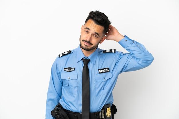 Кавказский человек полиции, изолированные на белом фоне, сомневаясь