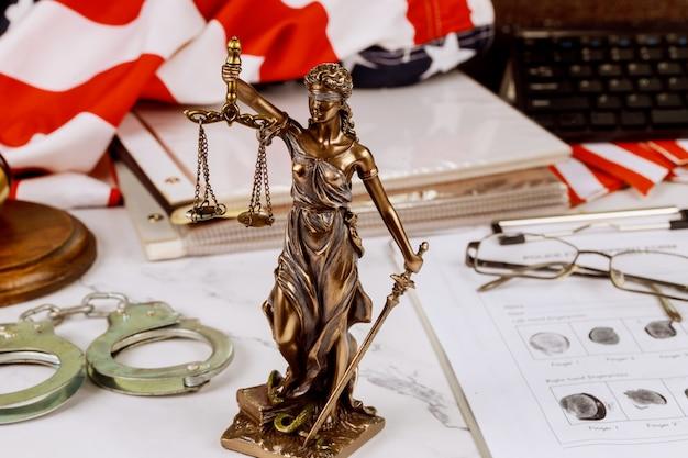 Полицейские наручники с файлом страницы отпечатка пальца преступления