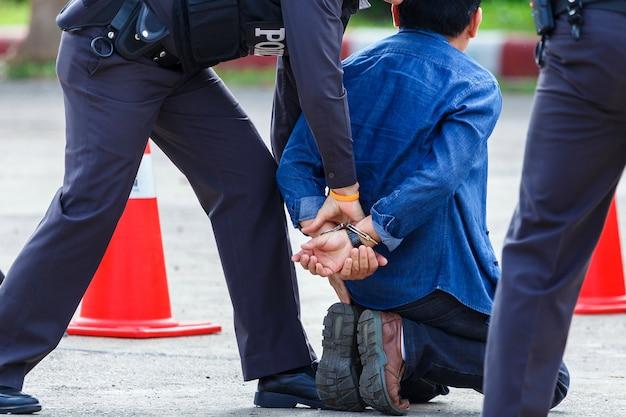 Полиция помогла поймать виновных и запереть наручники