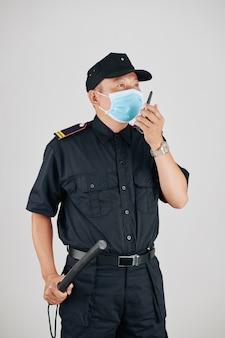 Офицер полиции в медицинской маске
