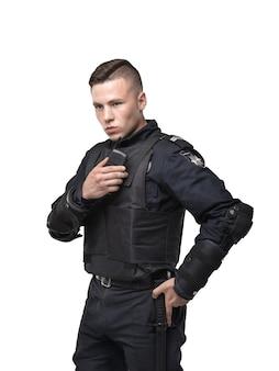 Офицер полиции в форме на белом