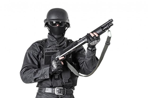 ショットガン付き警察官