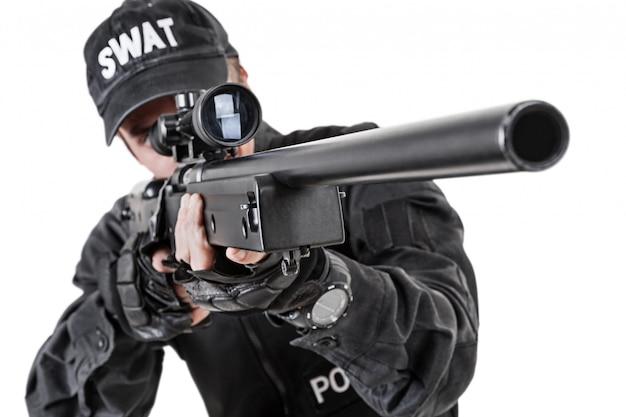 武器を持った警察官