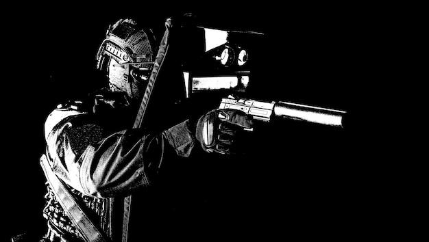 경찰 특수부대원, 돌격대원, 검은색 제복을 입은 전술군 장교, 뒤에 숨어 있는 동안 소음이 나는 권총으로 조준하고, 탄도 방패로 자신을 덮고, 고대비