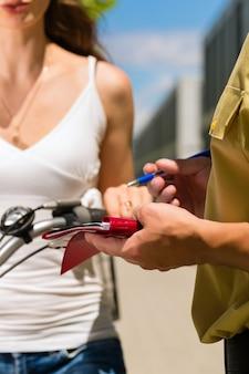 警察 - 警察官と自転車の女性