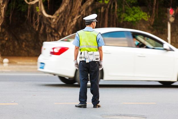 中国の路上で警官。