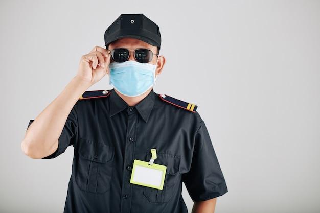Полицейский надевает солнцезащитные очки