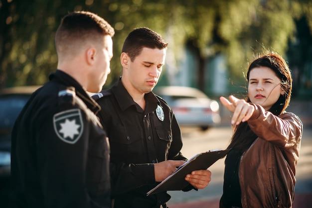 Полицейский написать показания водителя-женщины