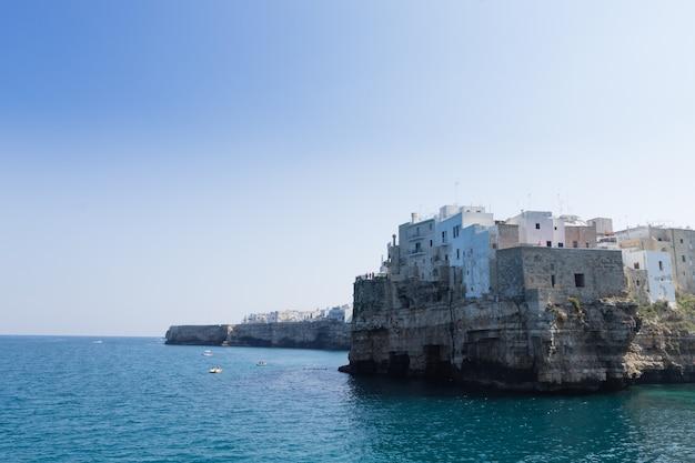 ポリニャーノマーレビュー、プーリア、イタリア。イタリアのパノラマ。アドリア海の断崖