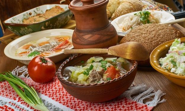 ポーランドのカプスタ、ポーランドのキャベツスープ、伝統的なポーランド料理の盛り合わせ、上面図。
