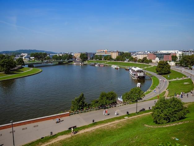 車が道路を走っている晴れた日のポーランドの川