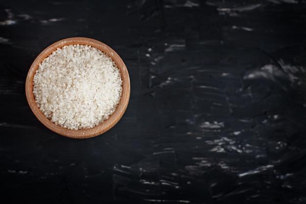 Отполированный рис в деревянной миске.