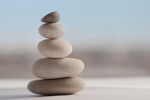 연마 된 돌이 서로 균형을 이룹니다. 소프트 포커스