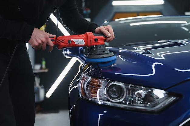 Полировка авто после покраски. детализация автомобиля снаружи. устройство для полировки рук