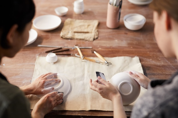 사포로 찰흙 접시 닦기