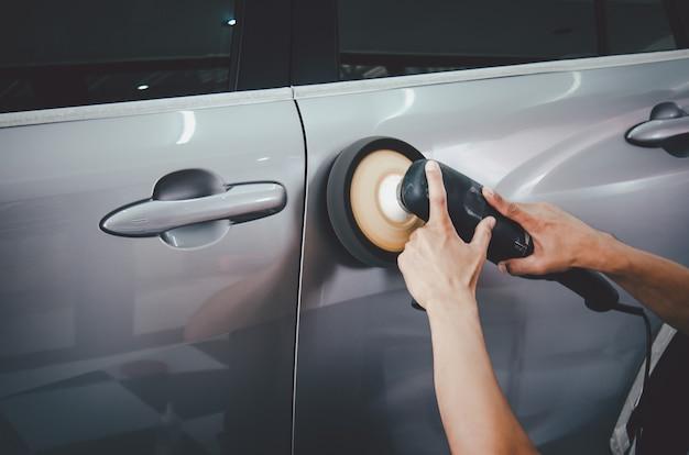 車を磨き、セラミックをコーティングする前に車の表面を準備します