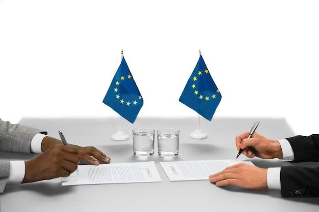 유럽 연합의 정치인들이 일하고 있습니다. 믿을 수 없는 가치의 문서. 정상 회담 완료. 합의의 양면.
