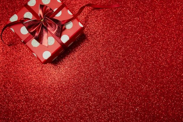 빨간색 배경에 폴카 도트 선물 상자, 해피 발렌타인