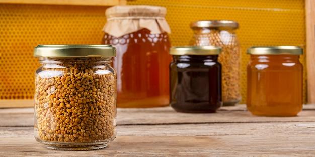 Банка пыльцы с медом и соты