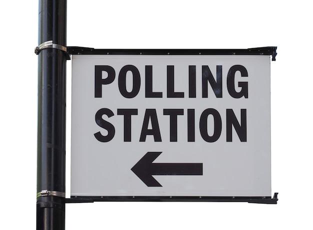 白で隔離の投票所の看板