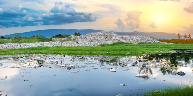 Загрязненная вода и горы. большая куча мусора и загрязнение.