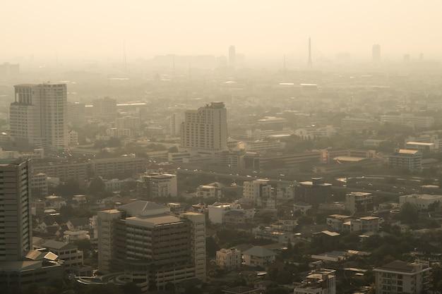 もやに覆われた街並みと汚染都市の概念