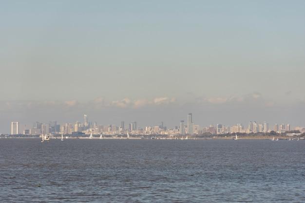 Concetto di inquinamento con effetto serra della città