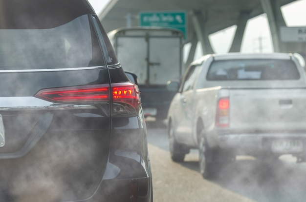 도시의 차량 배기 가스로 인한 오염