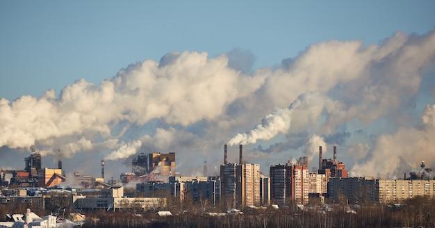 工場による大気汚染。排ガス。環境災害