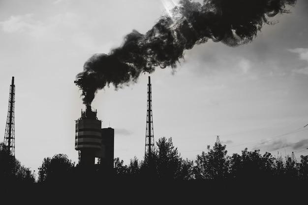 자연의 오염. 스모그가 있는 공장. 공기 중 위험한 연기. 검정색과 흰색.
