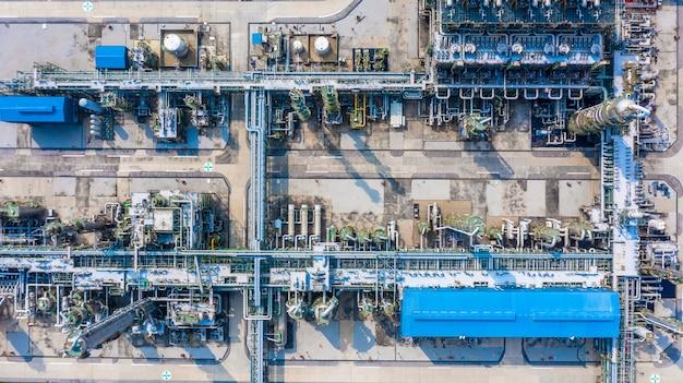 Полиэтиленовый завод в индустриальном парке, вид с воздуха на полиэтиленовую промышленность.