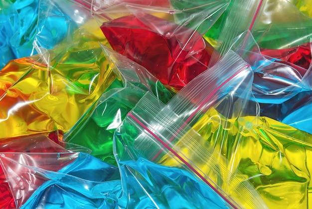 透明な多色液体とポリエチレンジッパーバギー抽象的な背景とテクスチャ
