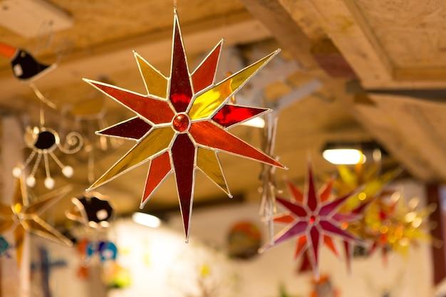 티파니 스테인드 글라스 기법을 사용하여 유리로 만든 다각형 별.