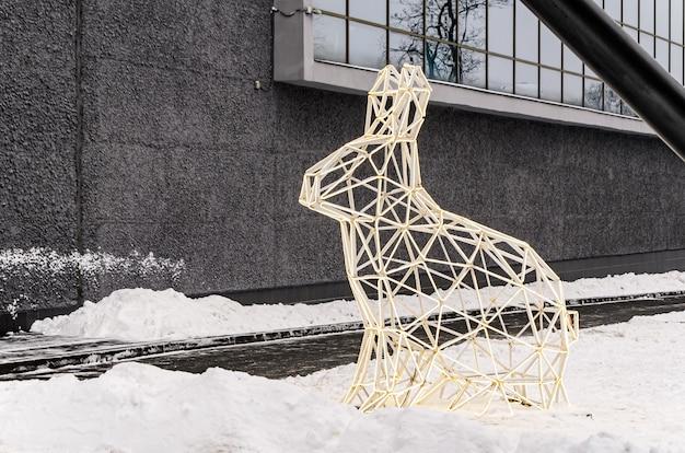 토끼의 다각형 체적 빛나는 그림. 도시 거리와 공원의 크리스마스 조명 장식. 도시 조명.