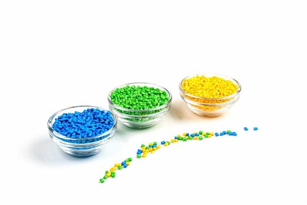 Пластиковые гранулы полимерного красителя в мисках