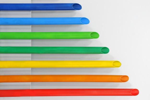 Полипропиленовые трубы разной длины окрашены в цвета радуги.
