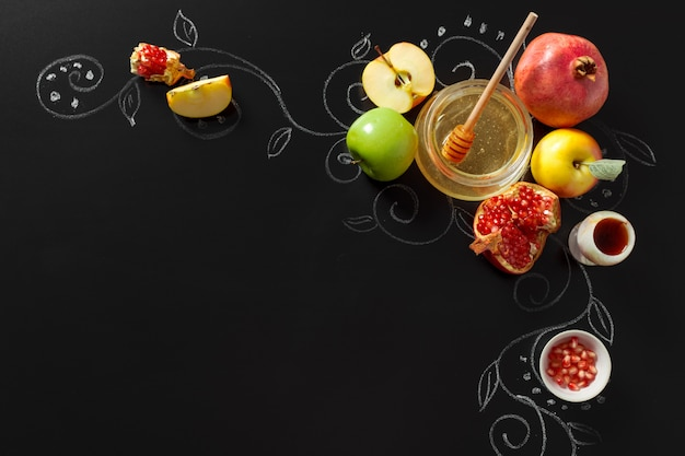 Гранат, яблоко и мед для традиционных праздничных символов рош ха-шана