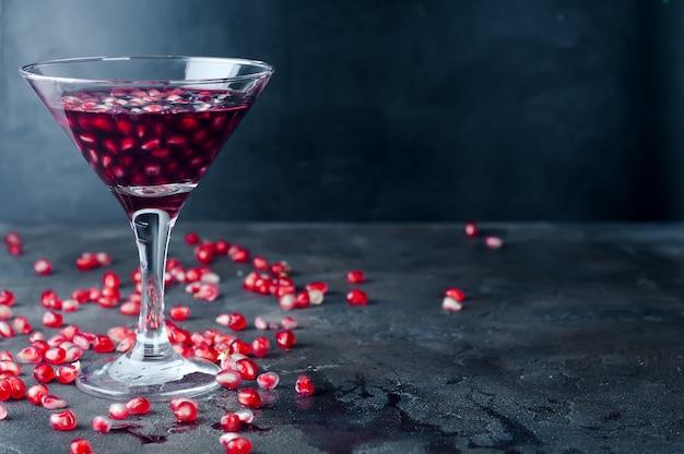 석류 칵테일과 잘 익은 붉은 과일