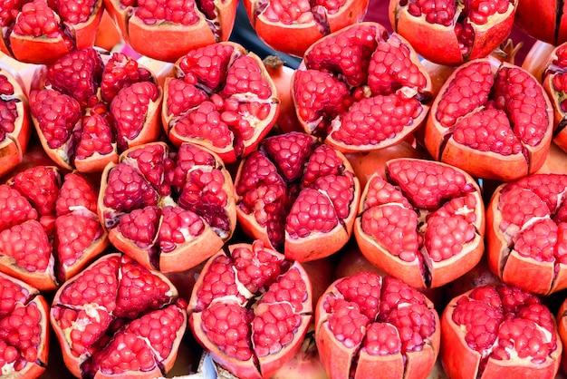 Гранатовые фрукты для фона, крупным планом группа красных гранатов.