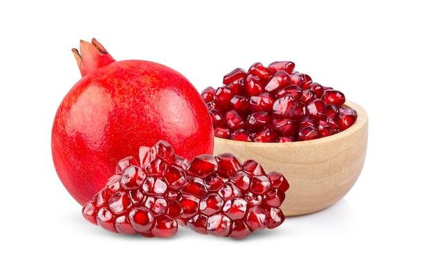白で分離されたザクロの果実