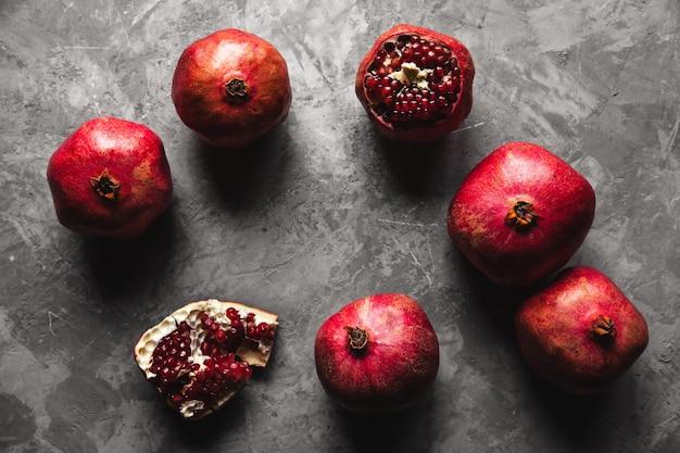 Плоды граната. спелый и сочный гранат на деревенском сером