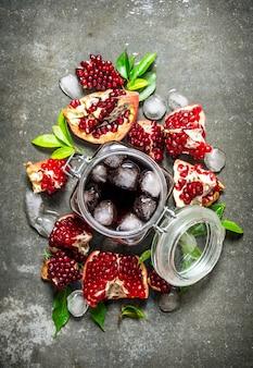 얼음 통에 석류 주스와 잎 조각. 돌 테이블에. 평면도