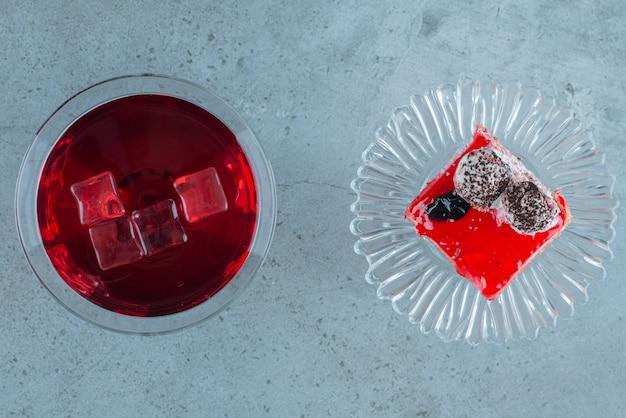 케이크 한 조각과 석류 주스.