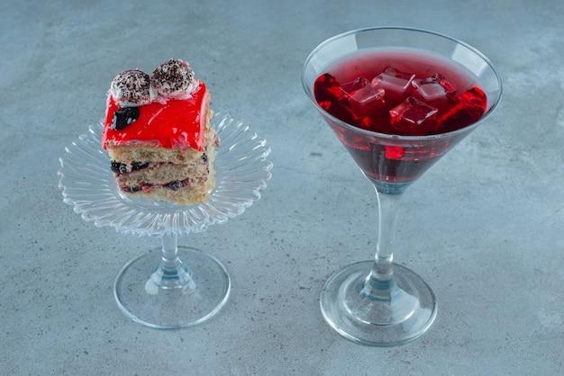 ケーキとザクロジュース。