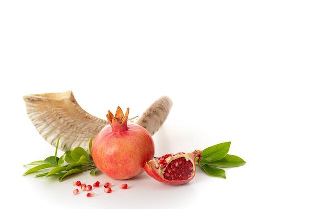 Гранат на белом фоне «традиционная еда еврейского нового года - рош ха-шана. свободное место для текста