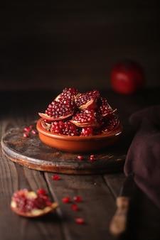 어두운 나무 테이블에 석류 조각