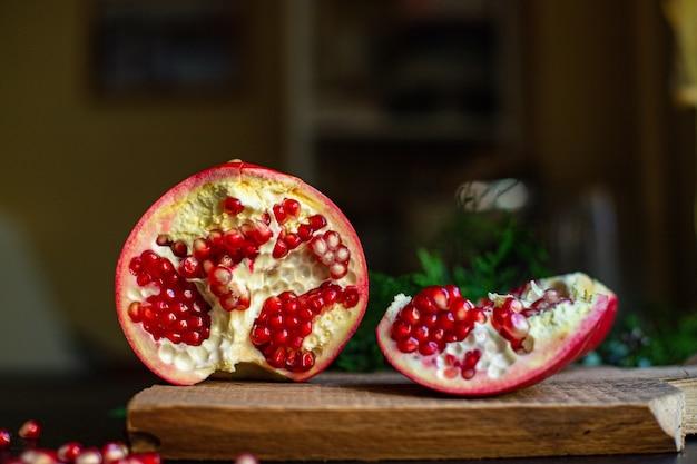 Гранат красные фрукты сладкий рождественский десерт на столе новогоднее угощение