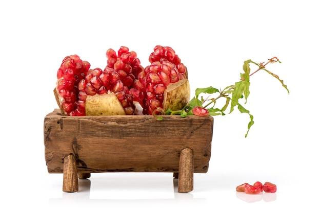 Красные семена граната в фруктах, изолированные на белом фоне.