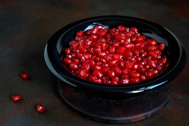 Семена граната в миске